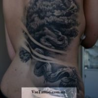 Ориентал на спине татуирвка