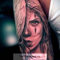 Девушка на руке татуировка в стиле чикано
