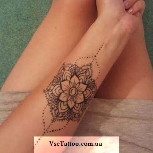татуировка мандала лотос на руке у девушки