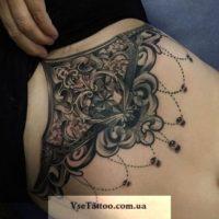 татуировка барокко на груди и животе