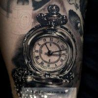 татуировка черно белая часы
