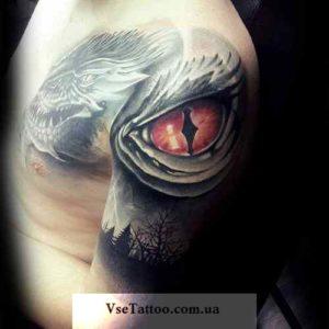изображение татуировки глаз дракона на плече и груди у парня