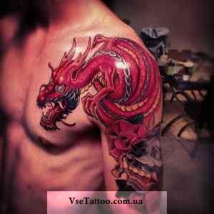 фото тату красного дракона на плече у парня