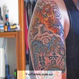 тату тигр и дракон на плече