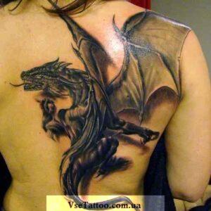 татуировка белый дракон на спине и лопатке