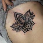фотография татуировки мандала лотос возле груди
