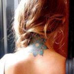 фото разноцветной татуировки мандала лотос на шее у женщины