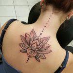 фотография татуировки мандала лотос на спине и затылке