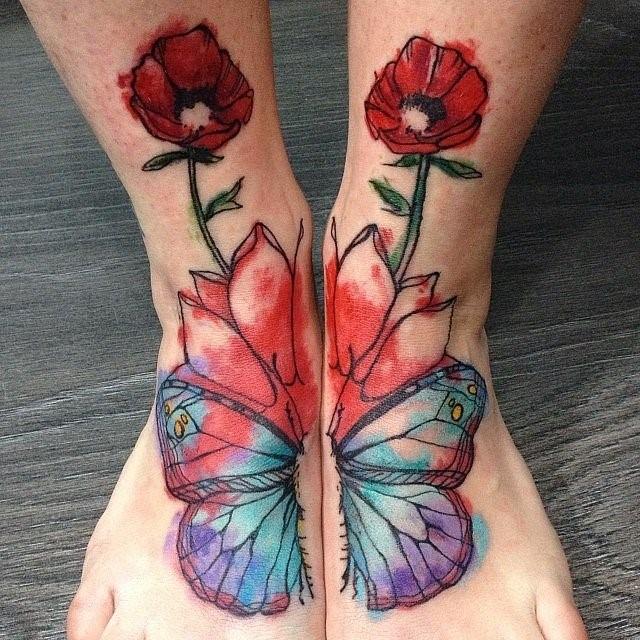 мак на ногах у девушки красный тату