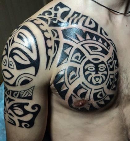 маска маори на груди и руке